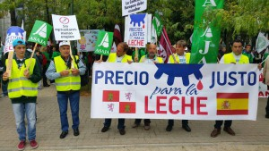 manifestación ganaderos de asaja por la crisis de la leche