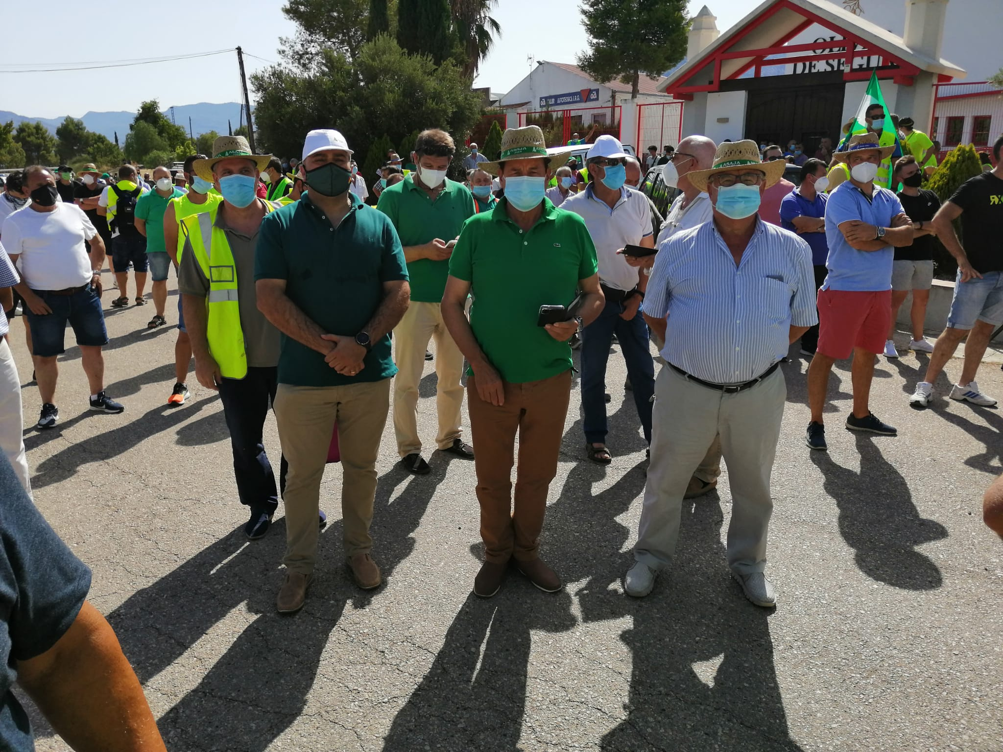 Caravana de vehículos en la Sierra de Segura en defensa del olivar tradicional